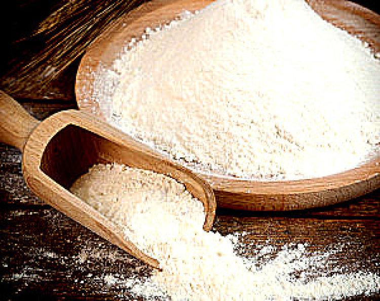 Bijelo brašno od tapioke u drvenoj zdjeli.