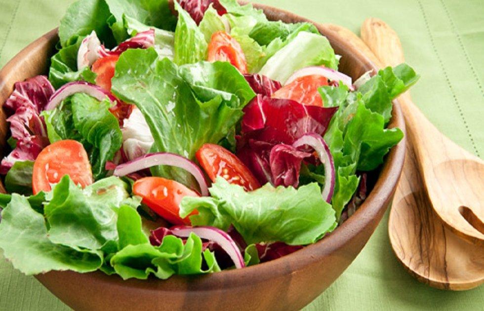 Miješana salata u drvenoj zdjeli.