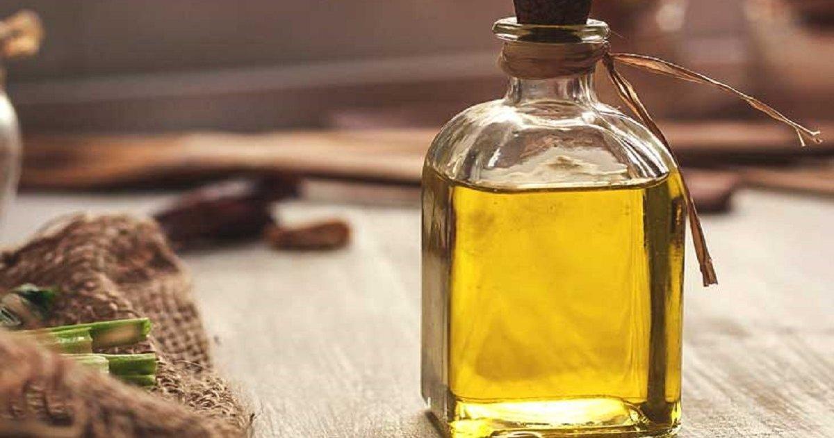 Maslinovo ulje u staklenoj ambalaži na smeđem stolu