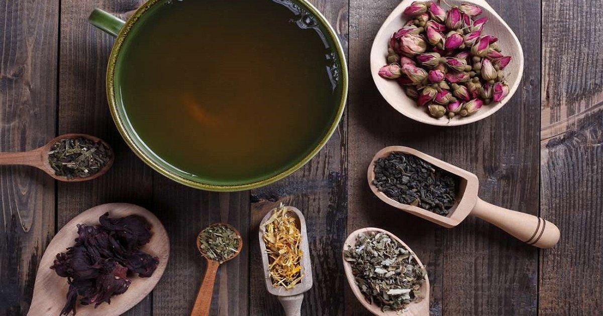 Razne vrste čajeva u drvenim posudama na drvenoj podlozi.